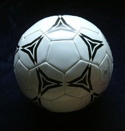 Wird es dunkel anstatt licht, hast' den Ball wohl im Gesicht.